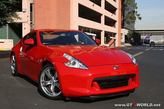 Авто-новинки: Красный Nissan 370Z выехал на улицы Лос-Анджелеса
