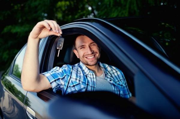 мужчина купил автомобиль