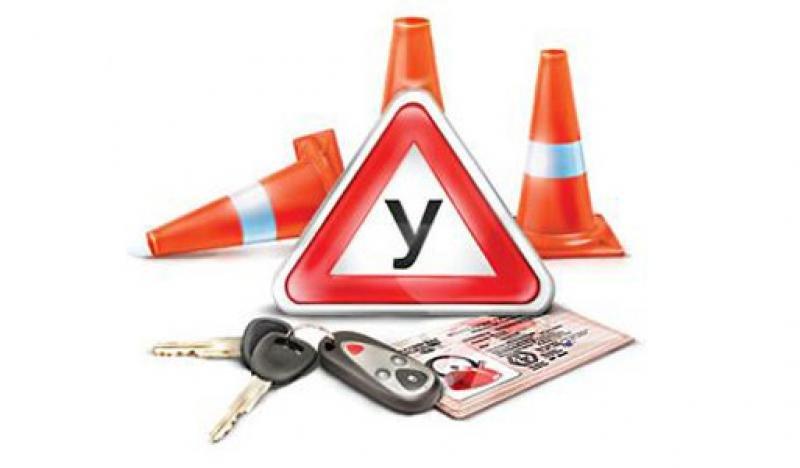 Необходимые атрибуты автошкол: ключи, учебный знак, водительское удостоверение