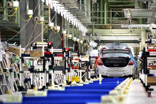 Процесс сборки автомобилей на заводе