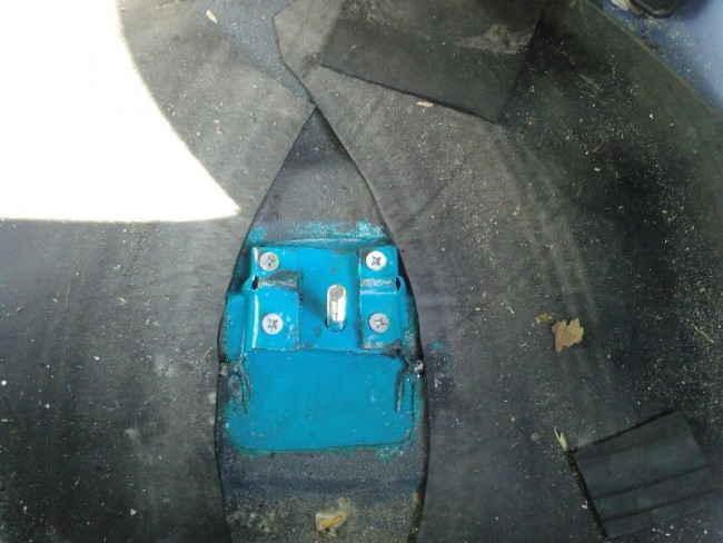 Подготовка багажника перед переворачиванием запаски