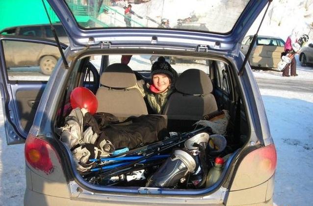Женщина сидит в багажнике Matiz